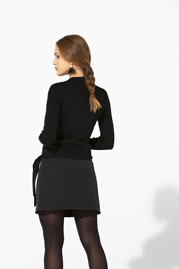 Falda corta de pliegues negra