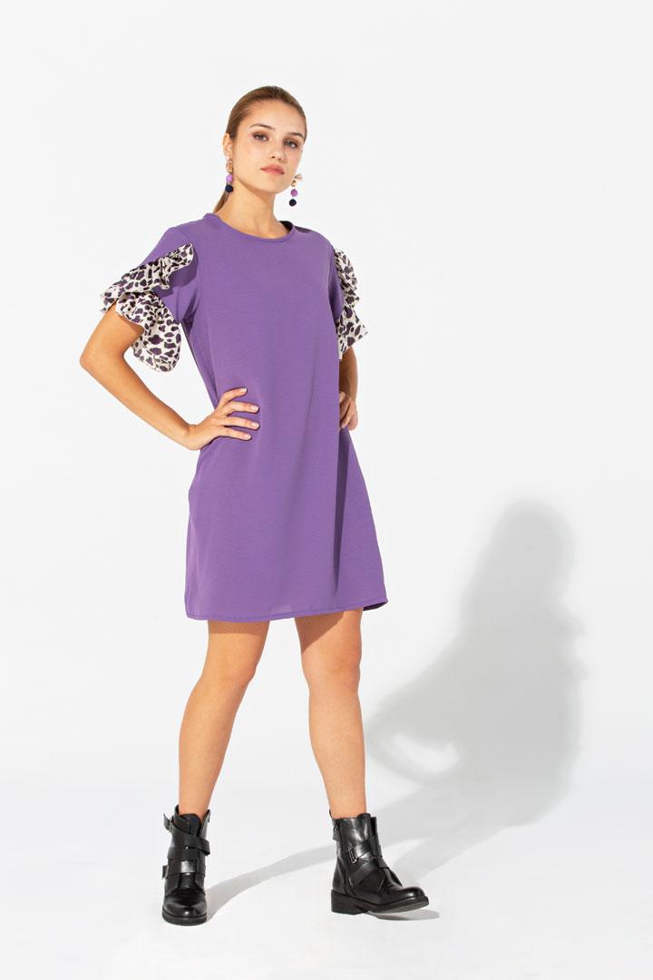 Vestido violeta con volantes en las mangas