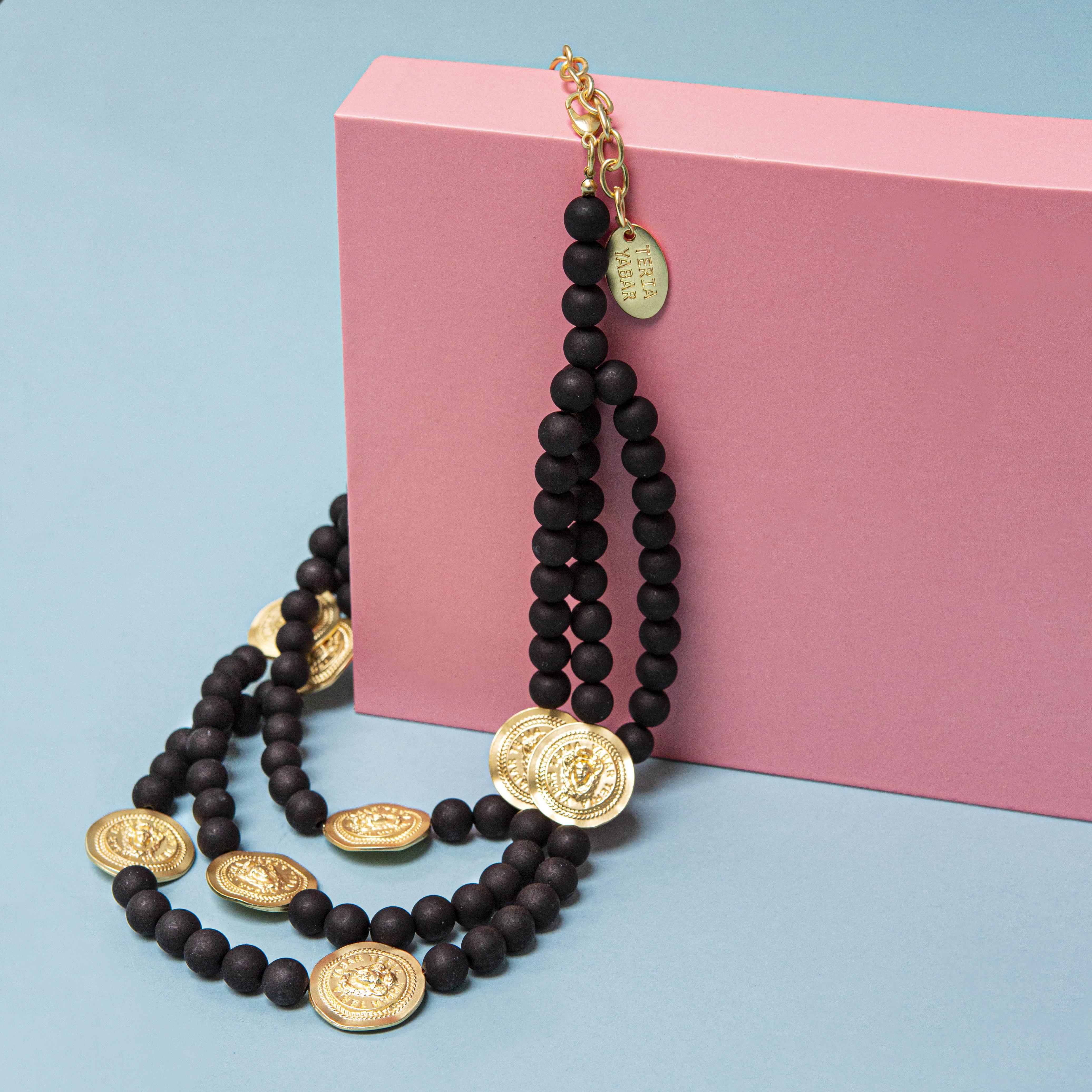 Collar negro perlas y medallas