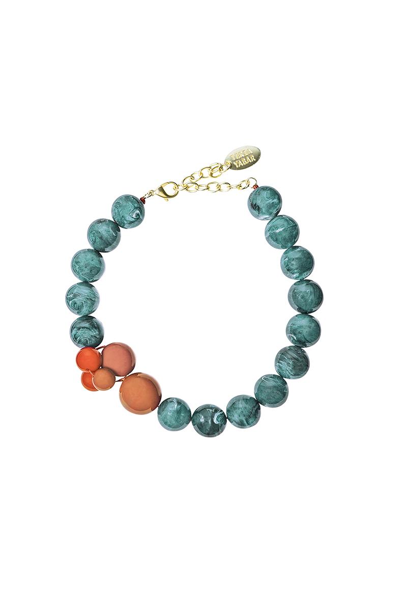 Teria Yabar - Collar corto de bolas verdes y naranjas