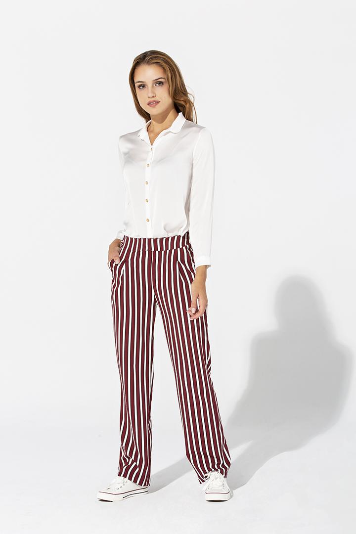 Pantalón de rayas burdeos y blancas
