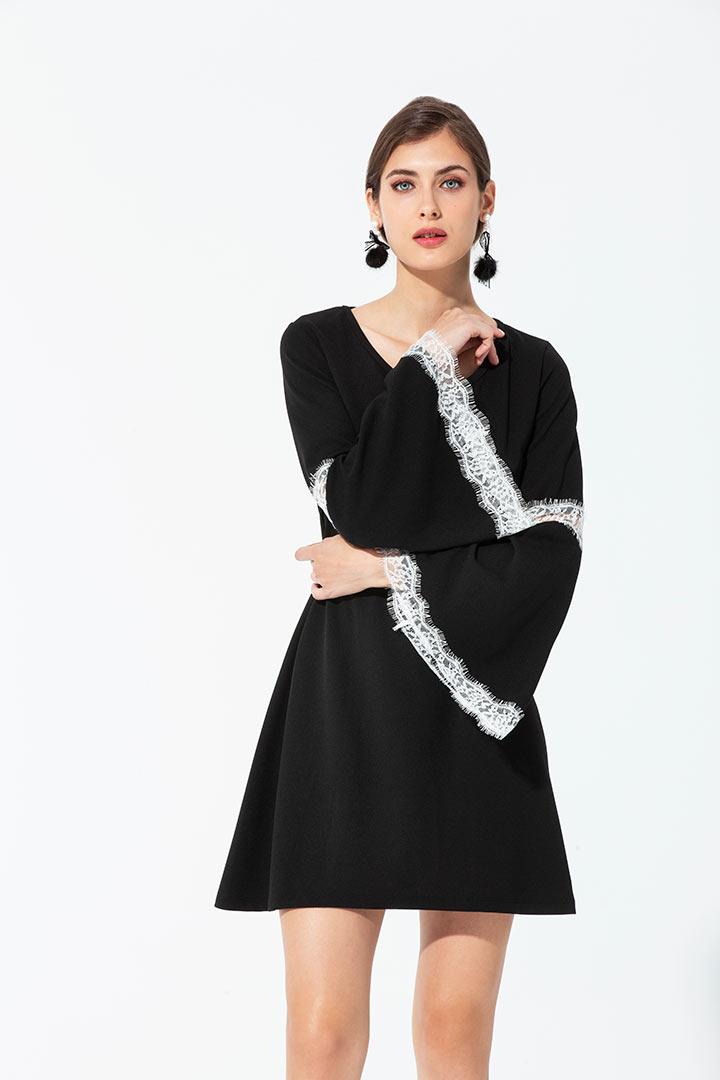 Vestido sporty evasé con detalle de encaje Vestido negro basic mangas campana