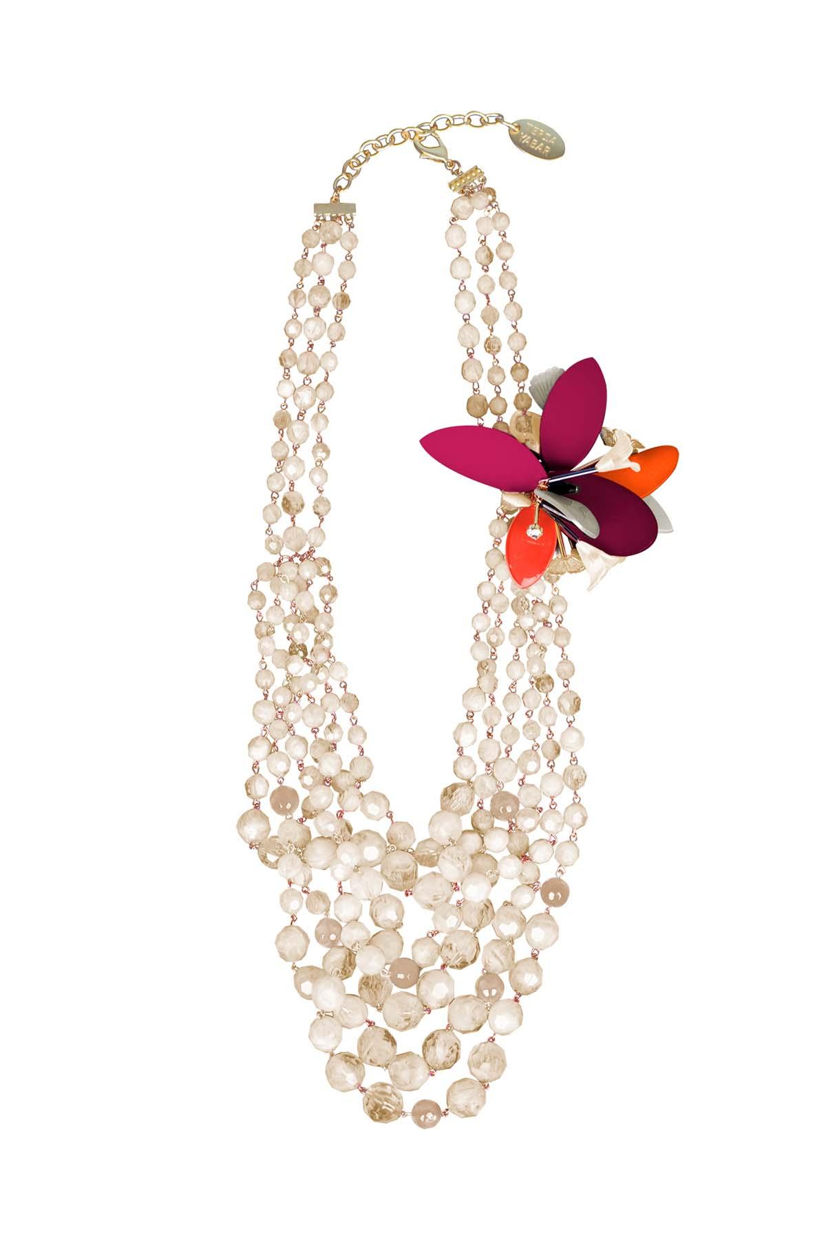 Teria Yabar - Collar perlas y flores rojas