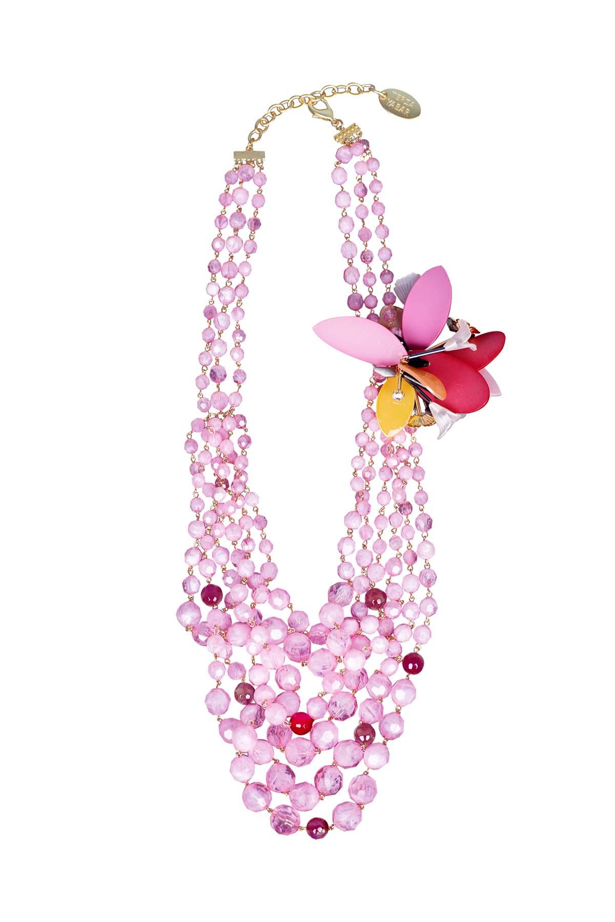 Teria Yabar - Collar de perlas y flores rosas