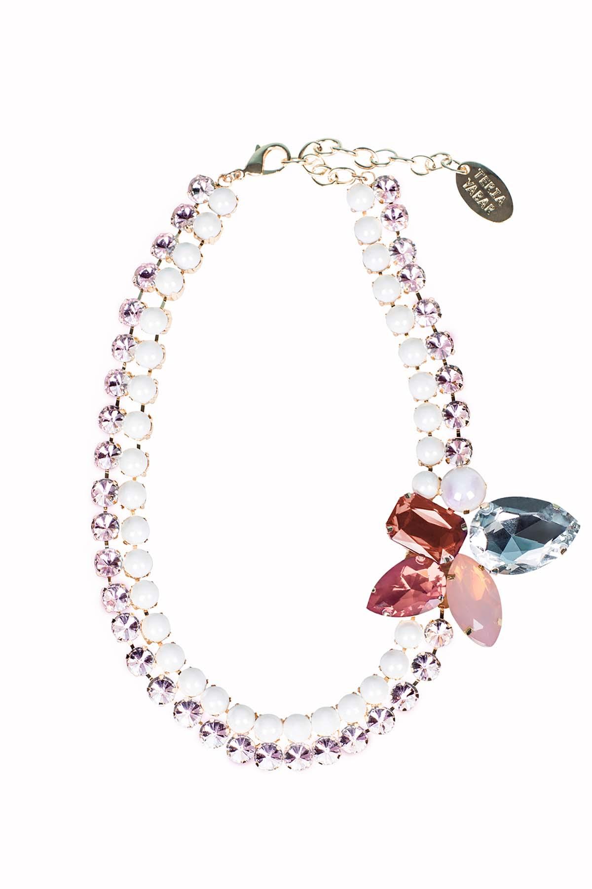 Teria Yabar - Collar rosado de cristales y resina