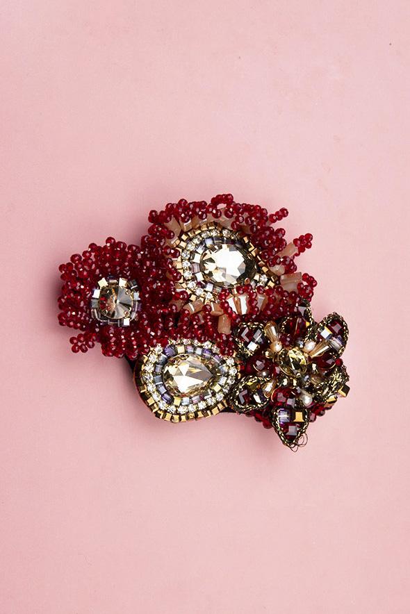 Broche Cristales Rojos Teria Yabar
