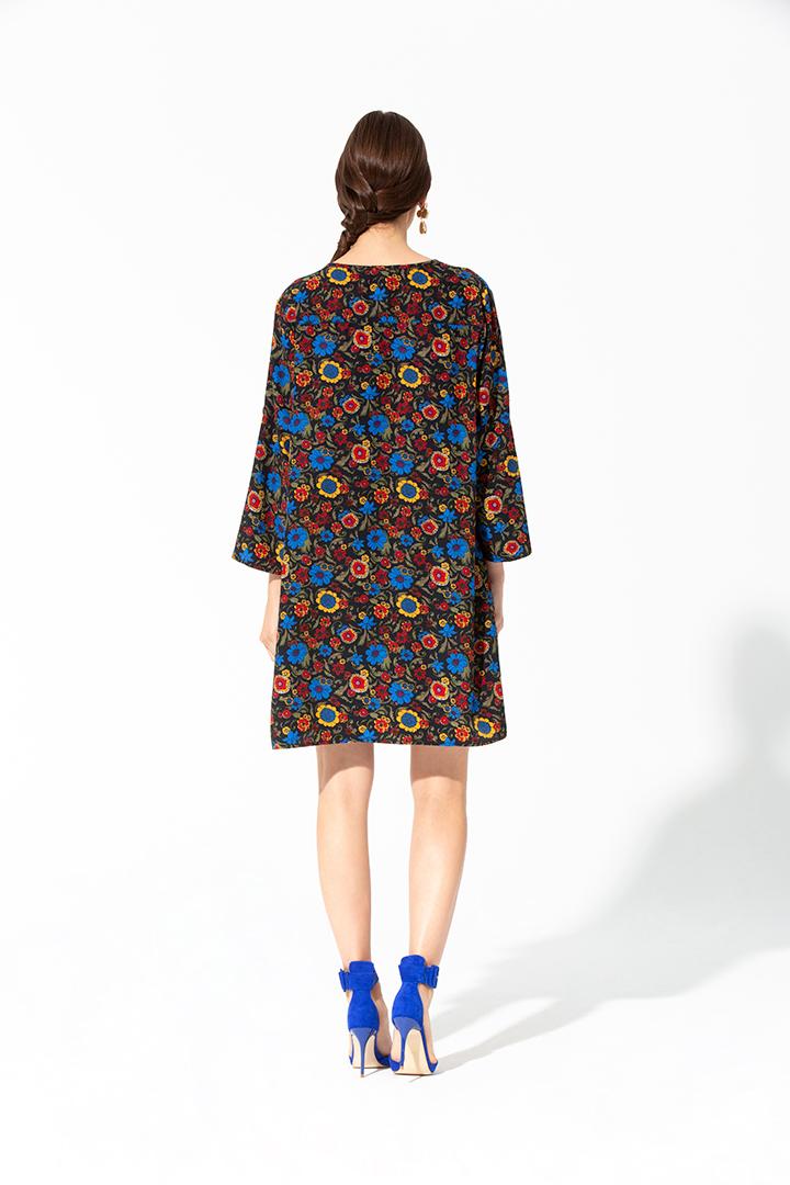 Vestido floral con tachuelas