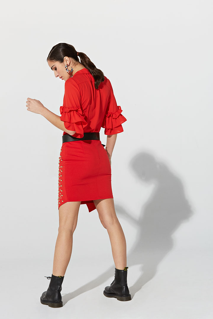 Falda roja de tachuelas